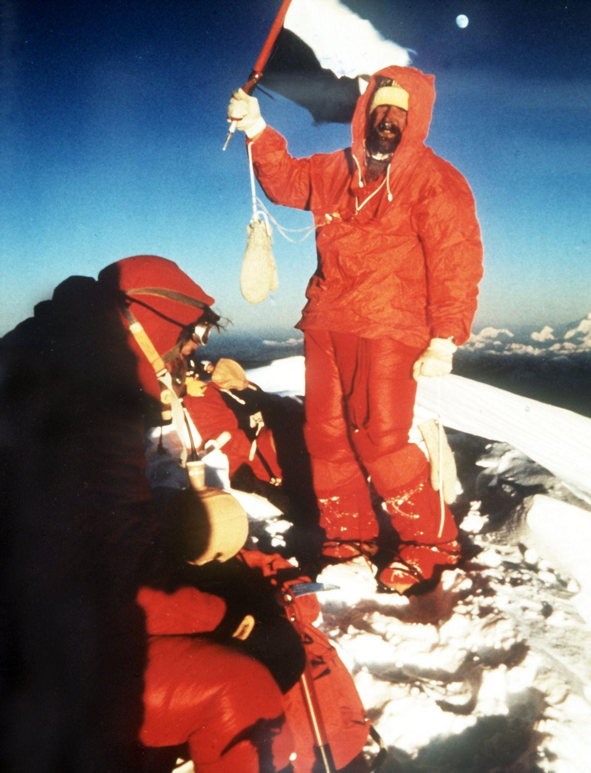 Jubilante para alcanzar el pico del Monte Everest, el escalador alemán Hubert Hillmaier agita una bandera ...