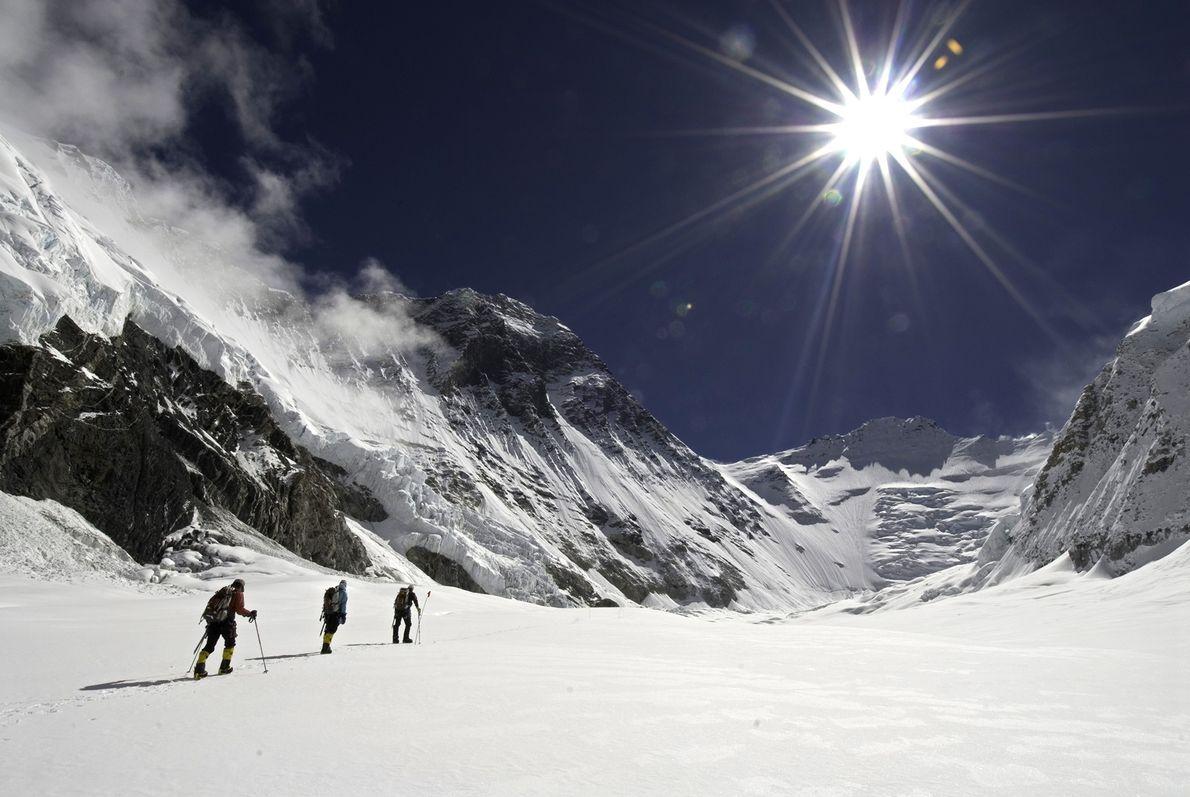 Los miembros de Altitude Everest Expedition 2007 cruzan un campo de nieve en el camino hacia ...