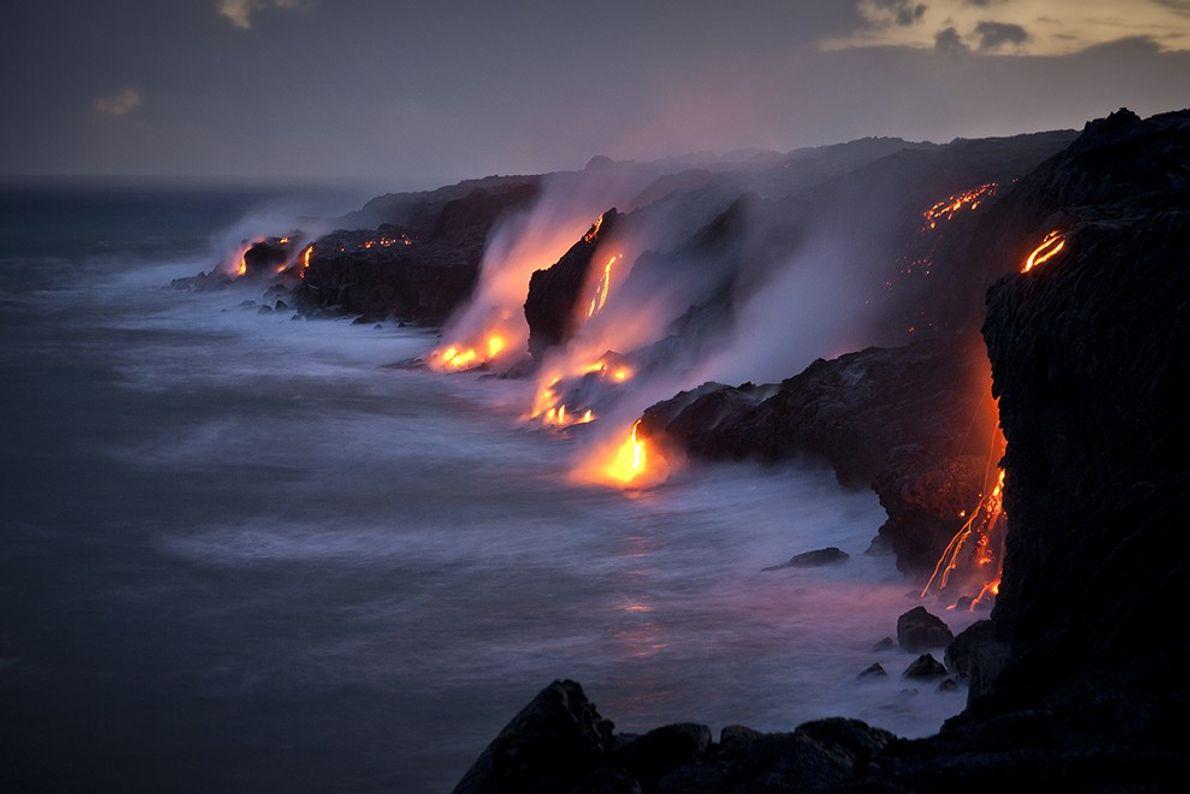 Vaya con el flujo de lava en el Parque Nacional de los Volcanes de Hawái