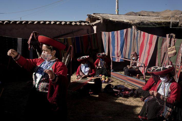 Myriam Cuba Callañaupa (izquierda) y otras tejedoras, suelen dar a conocer la artesanía textil y la ...