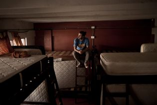 Sebastián Tobón, propietario de Supertramp Hostels en Aguas Calientes, Perú, sentado en una de sus propiedades ...