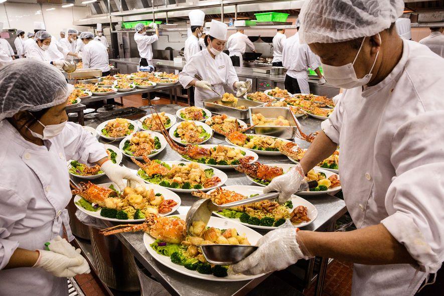 En un salón de banquetes en Shanghai, platos de mariscos desbordados representan solo uno de los ...