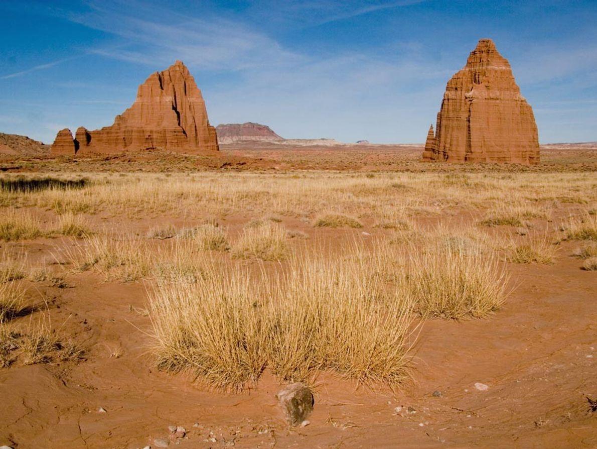 Monolitos de arenisca, apodados el Templo del Sol y el Templo de la Luna, que dominan ...