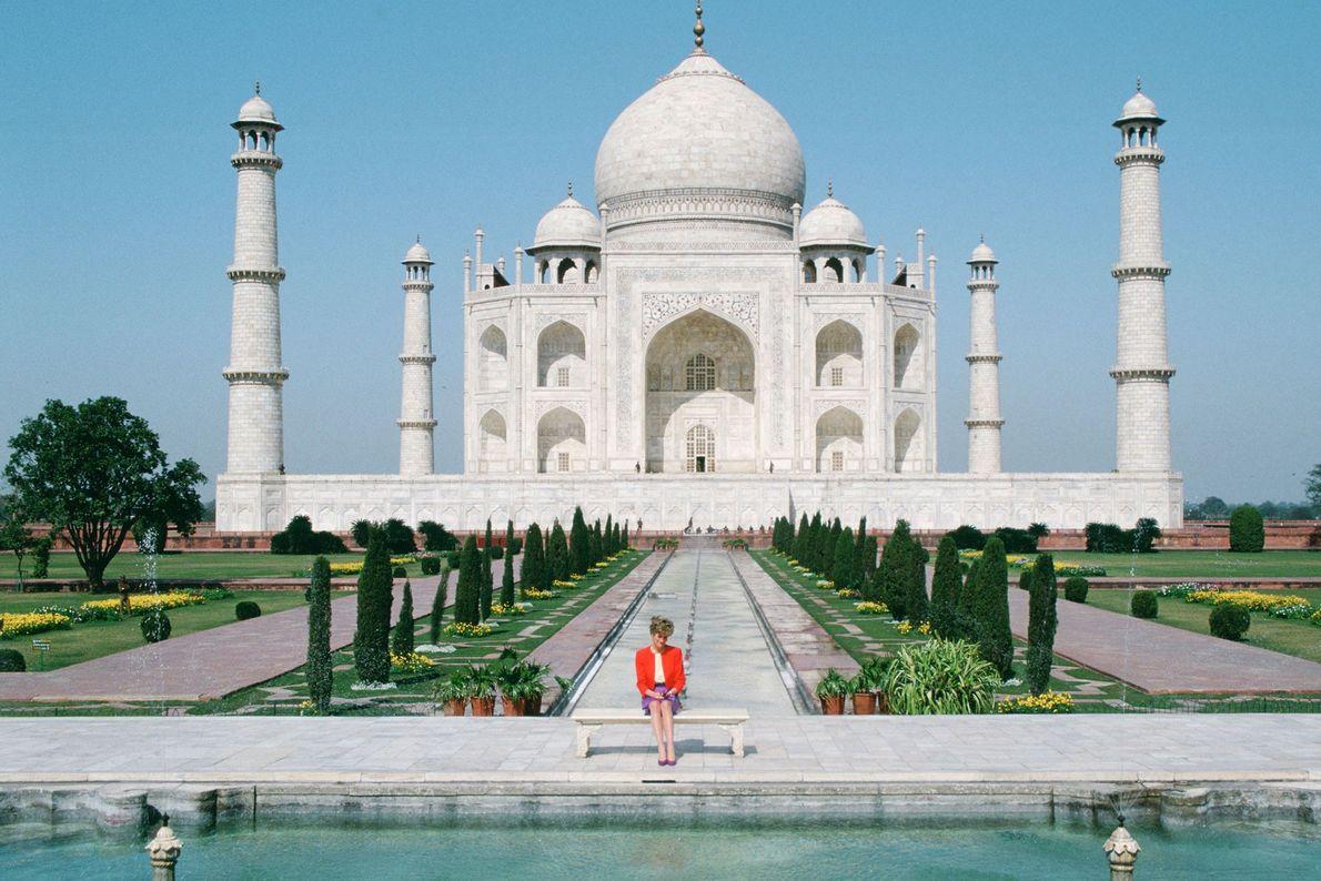 """Diana se sienta frente al Taj Mahal en la famosa foto de la """"princesa sola"""". En ..."""