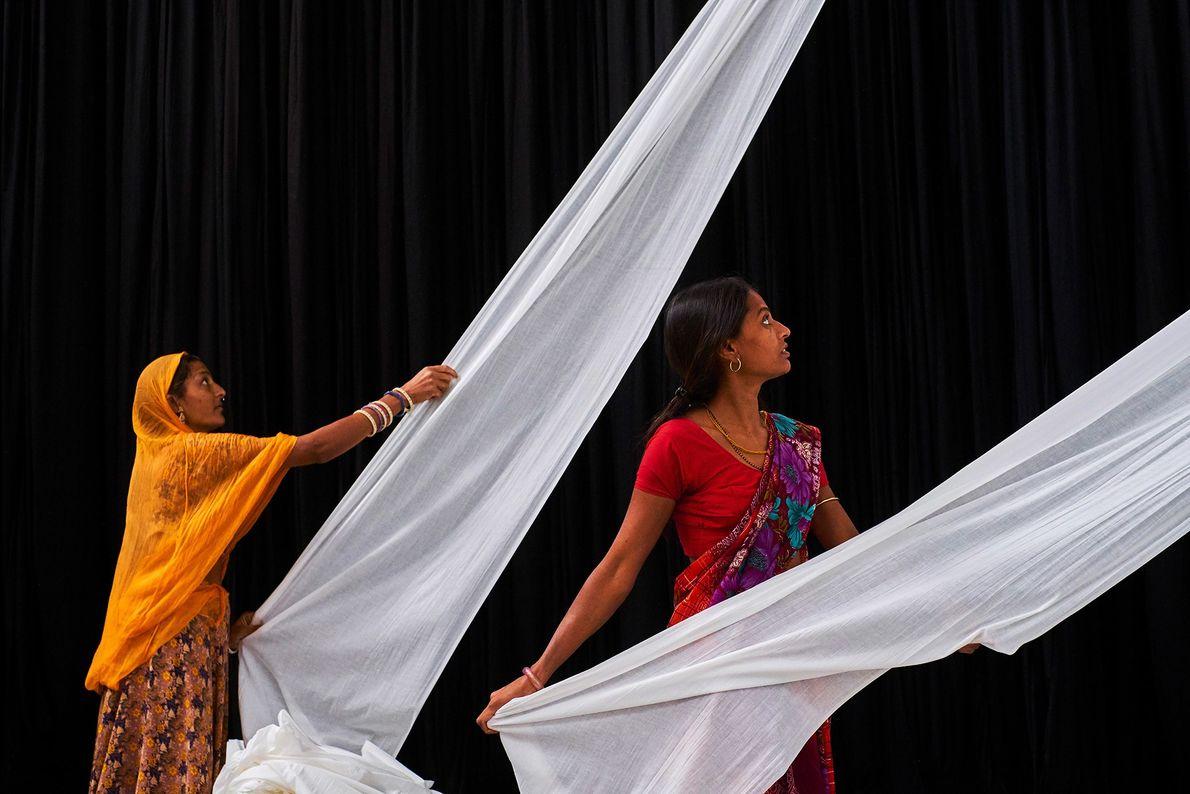 Las trabajadoras de la fábrica de sari de Rajasthan preparan telas lisas para teñirlas.