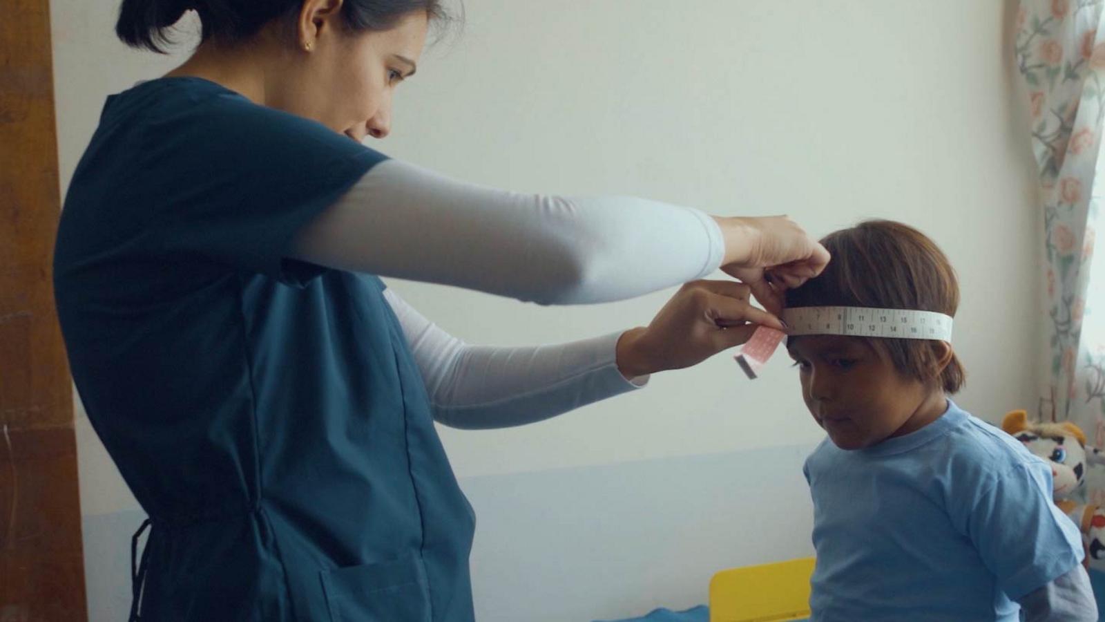 Natali Lobo, nutricionista del centro de Dragones, controlando a una niña de 3 años para conocer ...