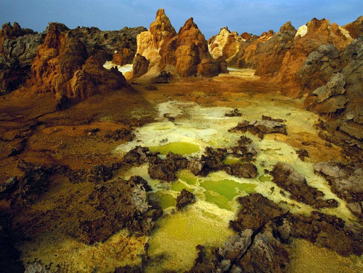 El azufre, la sal y otros minerales colorean el cráter del volcán Dallol, parte de la ...