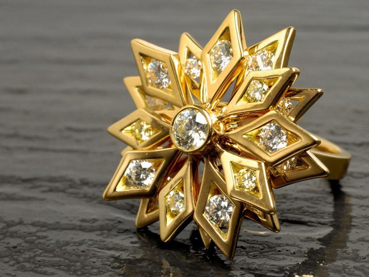 Este anillo de diamantes creado por artesanos del gigante De Beers es un ejemplo paradigmático del ...