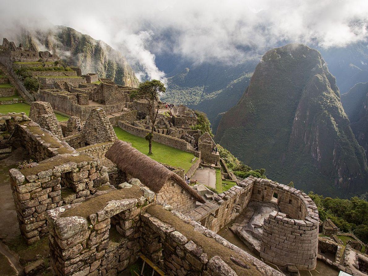 El Templo del Sol, construido alrededor de una gran roca y con forma de semicírculo, ofrece ...