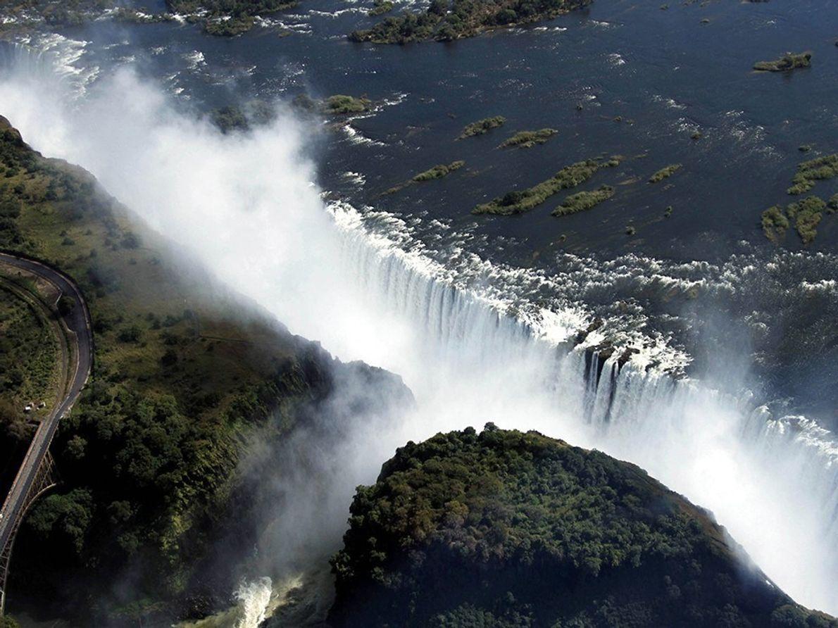 Las cataratas Victoria se encuentran en la frontera entre Zimbabue y Zambia y la divisoria entre ...