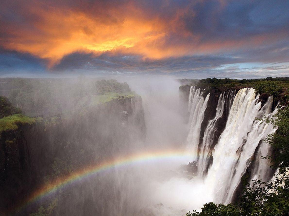 Con 1,7 kilómetros de ancho, las cataratas Victoria se extienden a lo largo del río Zambeze. ...