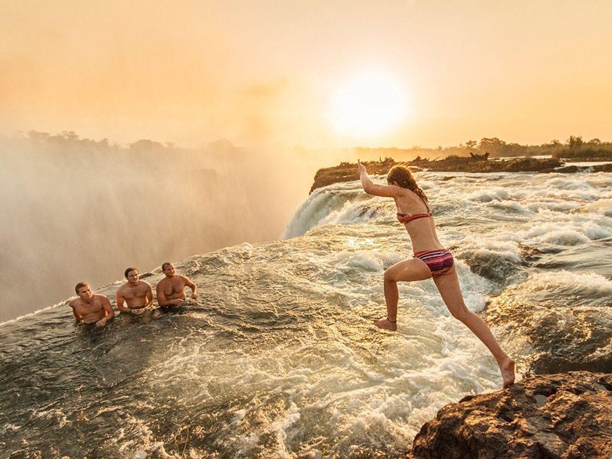 Aunque parece que estos visitantes a las cataratas Victoria están al borde del desastre, nadar en ...