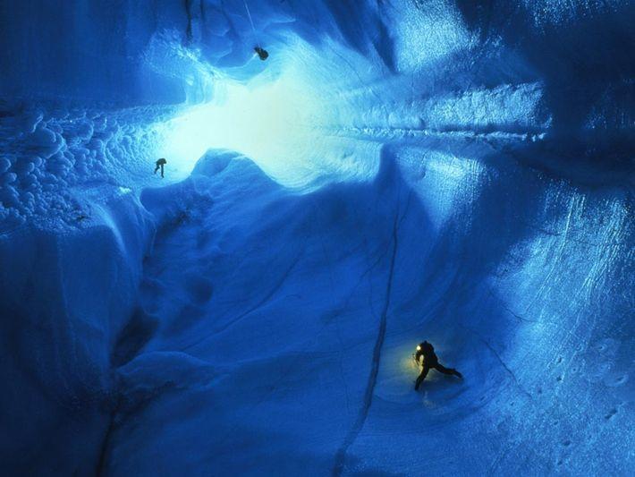 Los espeleólogos de rapel de 90 metros en la capa de hielo de Groenlandia. Las cuevas ...