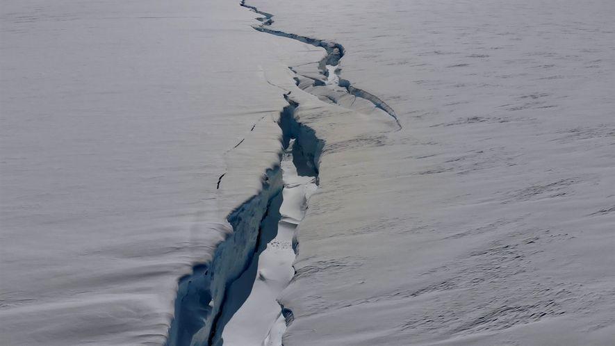 Conoce la enorme grieta que divide una plataforma de hielo antártica en dos