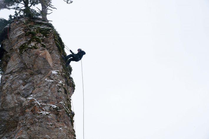 Luego de un curso intensivo de montañismo, Gordon Ramsay asciende un acantilado de 60 metros en ...