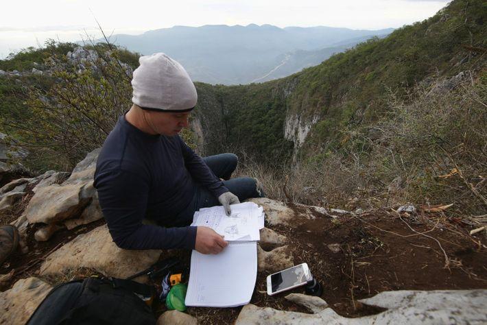 El biólogo Juan Carlos Orraca durante su trabajo en campo en el mirador principal del Sótano ...