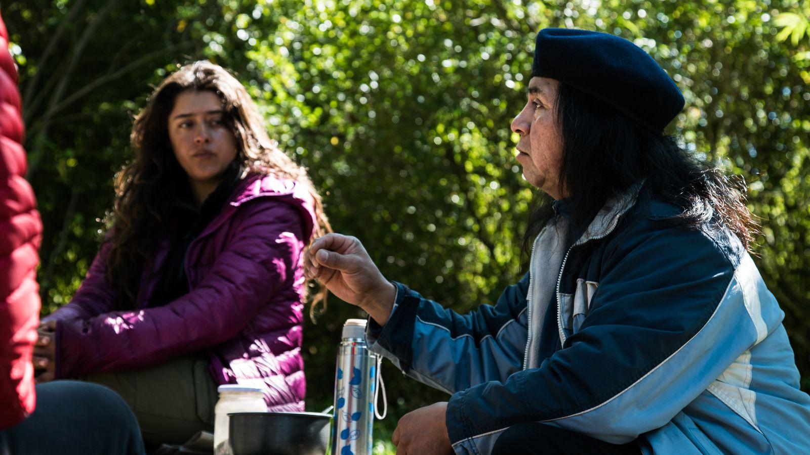Canela Astorga conversando con Jorge Weke.