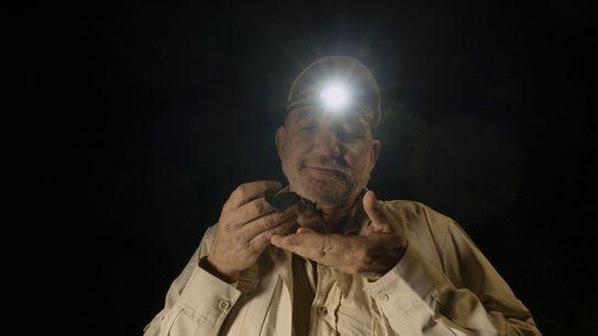 """El biólogo mexicano Rodrigo Medellín en """"Murciélagos Gigantes"""", show de National Geographic."""