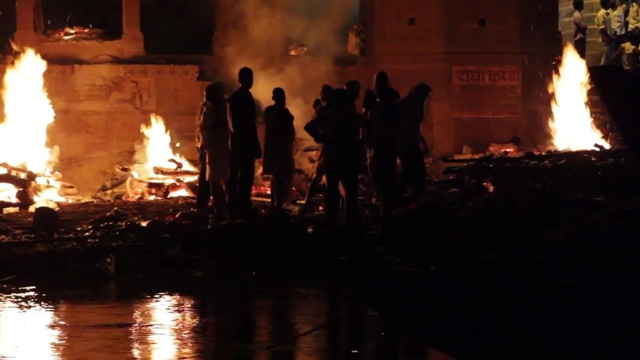 Ganges: fuego crematorio arde en la ciudad sagrada