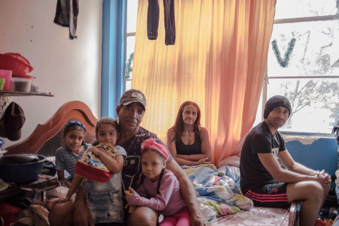 La familia Copeland posa para un retrato dentro de su casa en el barrio de Santa Fe, ...