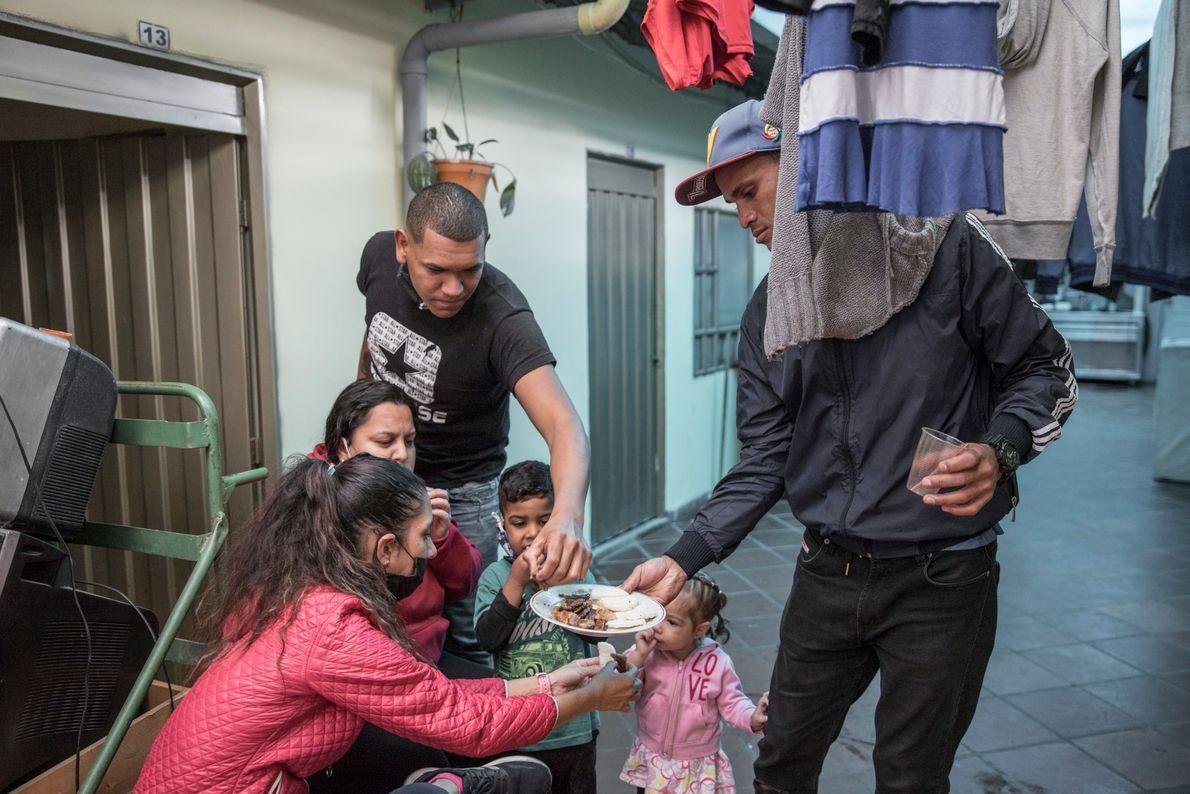 """""""Carlos, José, Maite y Zuleidy con sus hijos comparten algo de carne que acaban de recibir ..."""