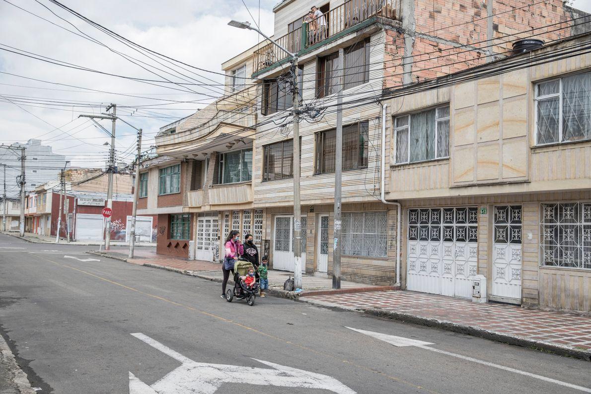 """""""Maite y Zuleidy caminan en una calle vacía de Bogotá. Tocan puertas pidiendo comida o cualquier ..."""