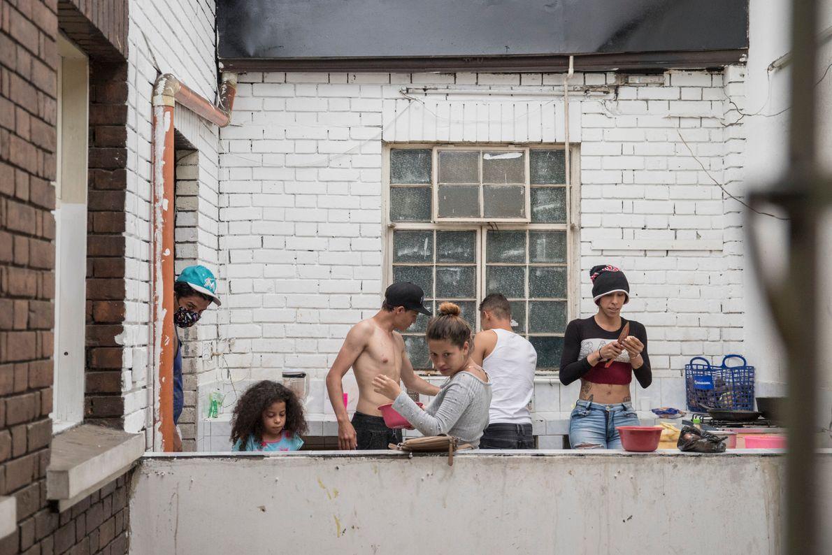 """""""Varios migrantes venezolanos cocinan juntos dentro de su cocina en un espacio compartido en Santa Fe, ..."""