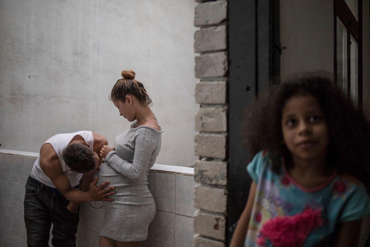 Carolina Gómez y su esposo dentro de su casa en el barrio de Santa Fe, Bogotá, ...