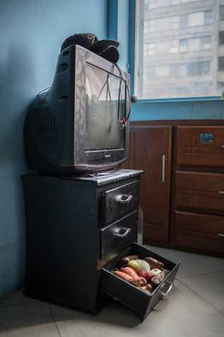 """""""Algunos de los alimentos que el migrante venezolano Ángel Correa tiene dentro de su habitación. En ..."""