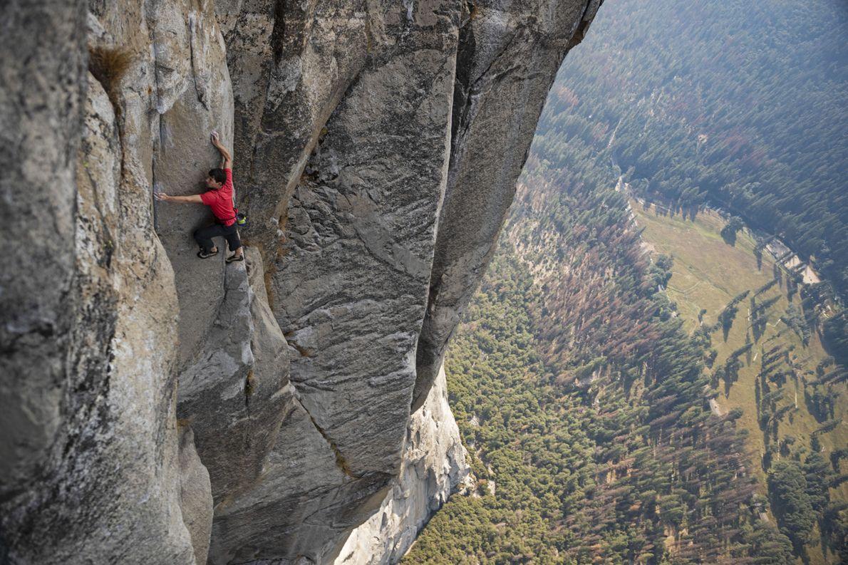 """Solo de Alex Honnold escala la pared Freerider de """"El Capitán"""" en el Parque Nacional Yosemite."""