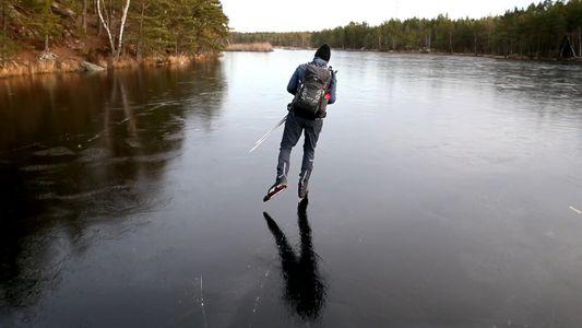 Escucha los sonidos sobrenaturales del patinaje sobre hielo fino