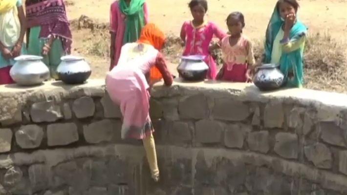 Niñas deben descender 12 metros debido a la escasez de agua en India