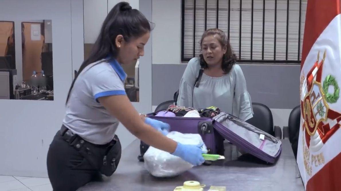 Una pasajera pide que le revisen su maleta (Parte 1)   Alerta Aeropuerto Lima