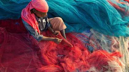 Pescadores de India transforman el plástico de los océanos en caminos