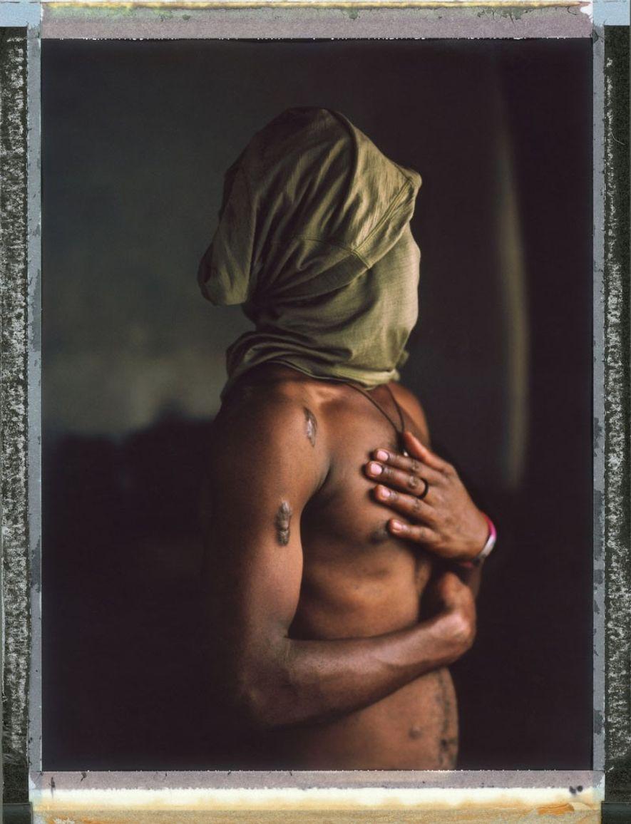Simon, 22 años. Fue arrestado mientras tenía sexo con su novio en Uganda. Ellos fueron golpeados, ...
