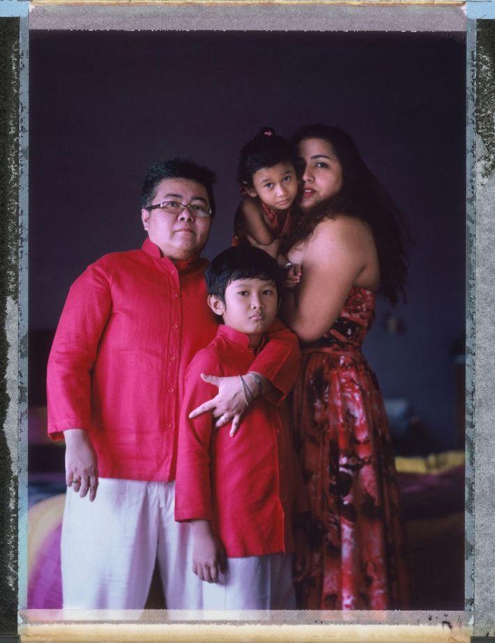 El hombre trans Mitch Yusmar (de 47 años), junto a su pareja por 17 años, Lalita ...