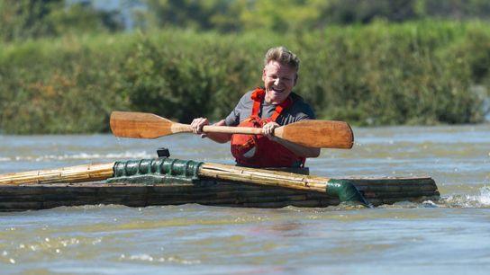 Gordon Ramsay rema en el río Mekong, una fuente fundamental de alimento en Laos.