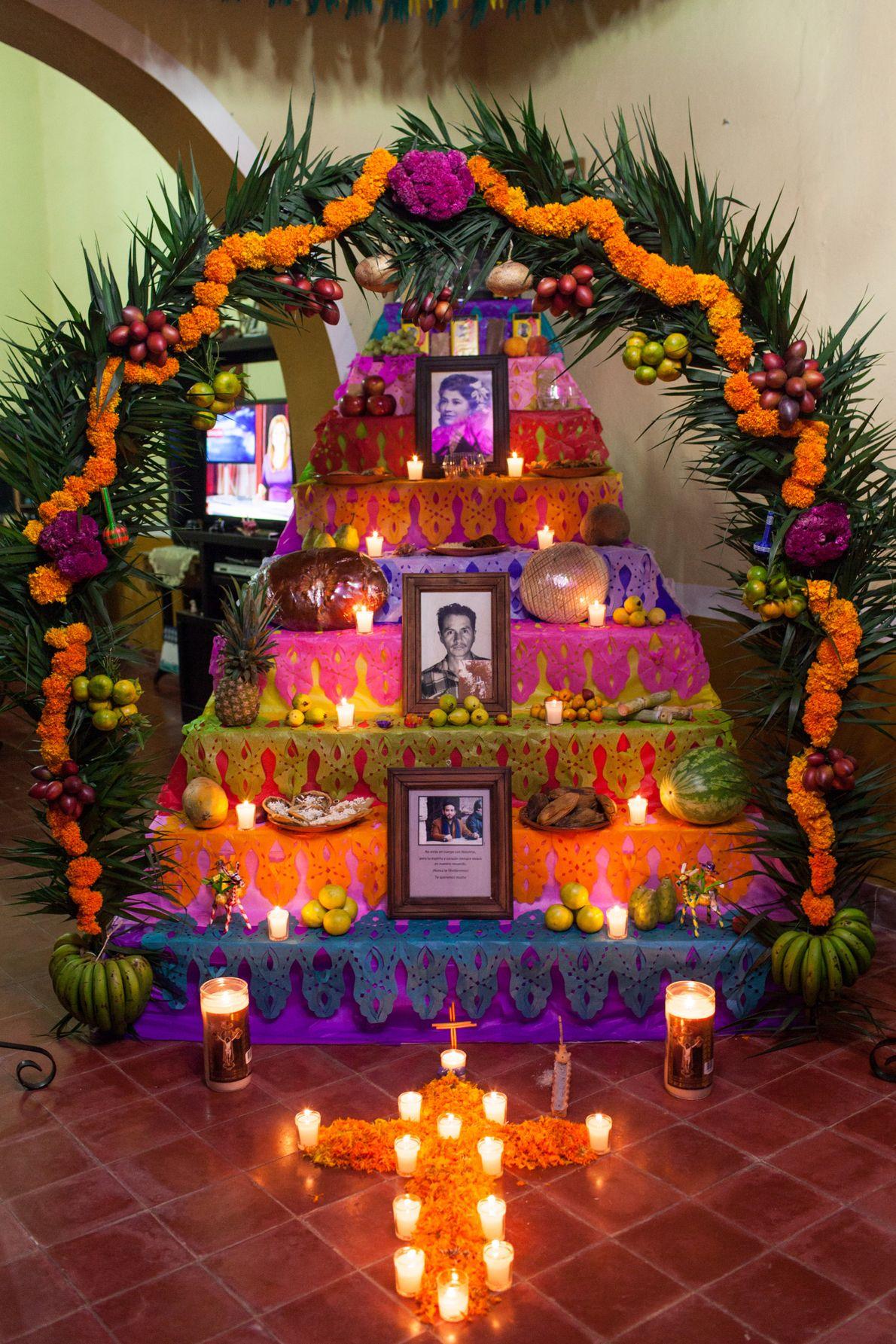 """Altares de Naolinco, Veracruz, México, 2016 - """"El altar suele estar enmarcado por rama tinaja, y ..."""