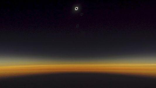 Así se vio el eclipse solar total desde el avión de National Geographic, en Chile