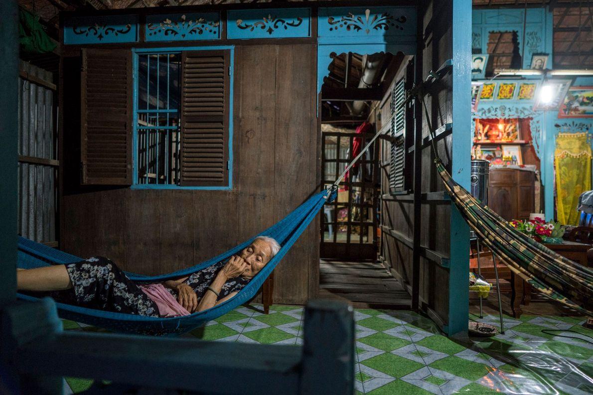 Al igual que muchos otros aldeanos que viven a lo largo del río Tien, Phan Thi ...