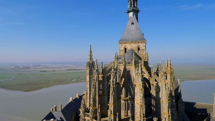 Recorre el famoso Mont-Saint-Michel desde una vista aérea