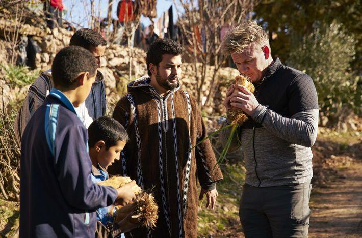 Gordon Ramsay (derecha) hace un parate en su búsqueda de ingredientes locales para probar los palmitos ...
