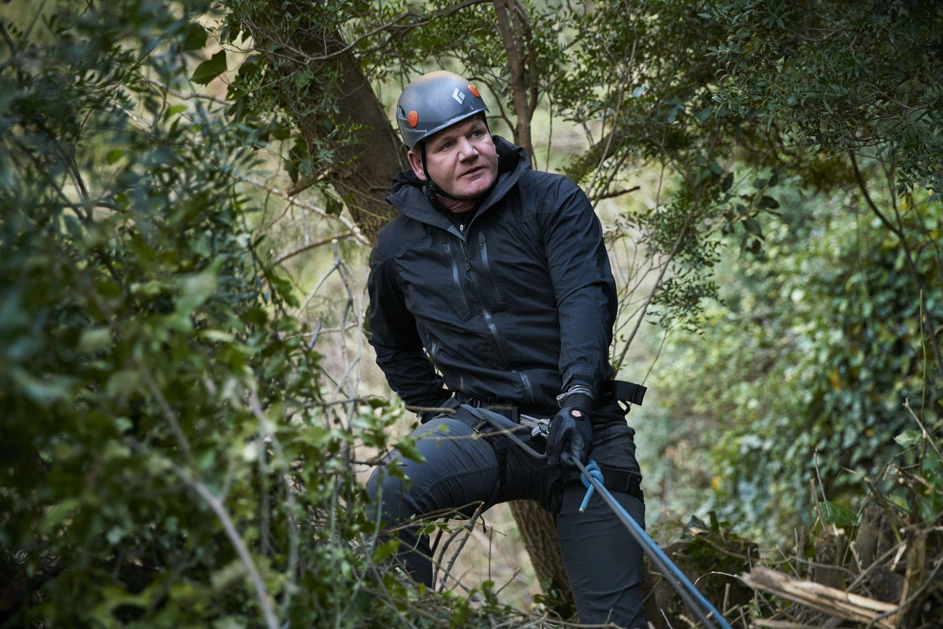 Gondon Ramsay hace rápel por una montaña del Atlas Medio en Marruecos para encontrarse con un ...