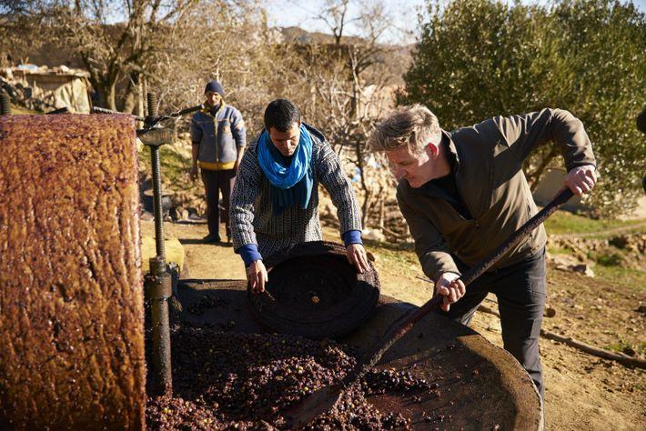 En su viaje por encontrar los mejores ingredientes locales, Gordon Ramsay (derecha) aprende cómo operar una ...