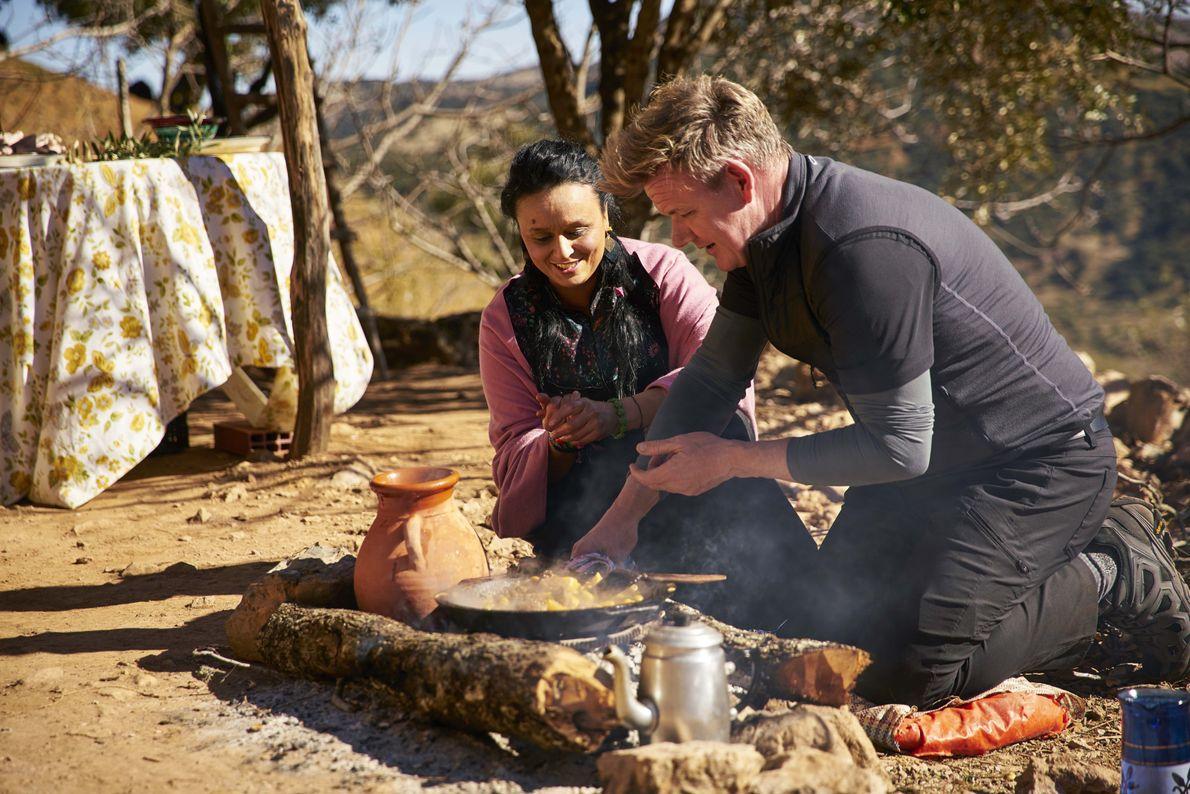 Gordon Ramsay y la cocinera marroquí Najat Kaanache preparan un banquete para la celebración del año ...