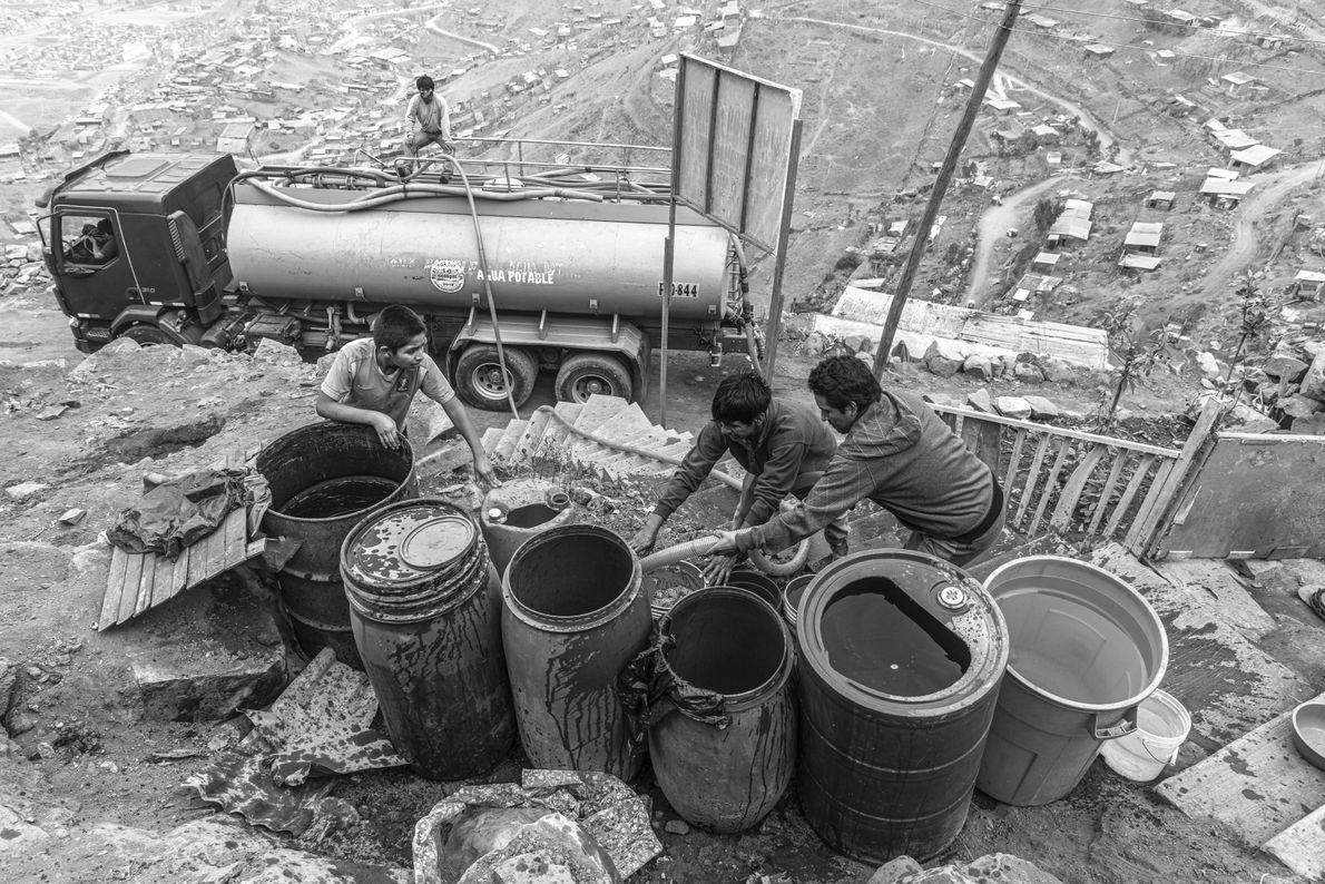"""""""Muchas familias no cuentan con los recursos para comprar un tanque de agua, y usan baldes improvisados ..."""