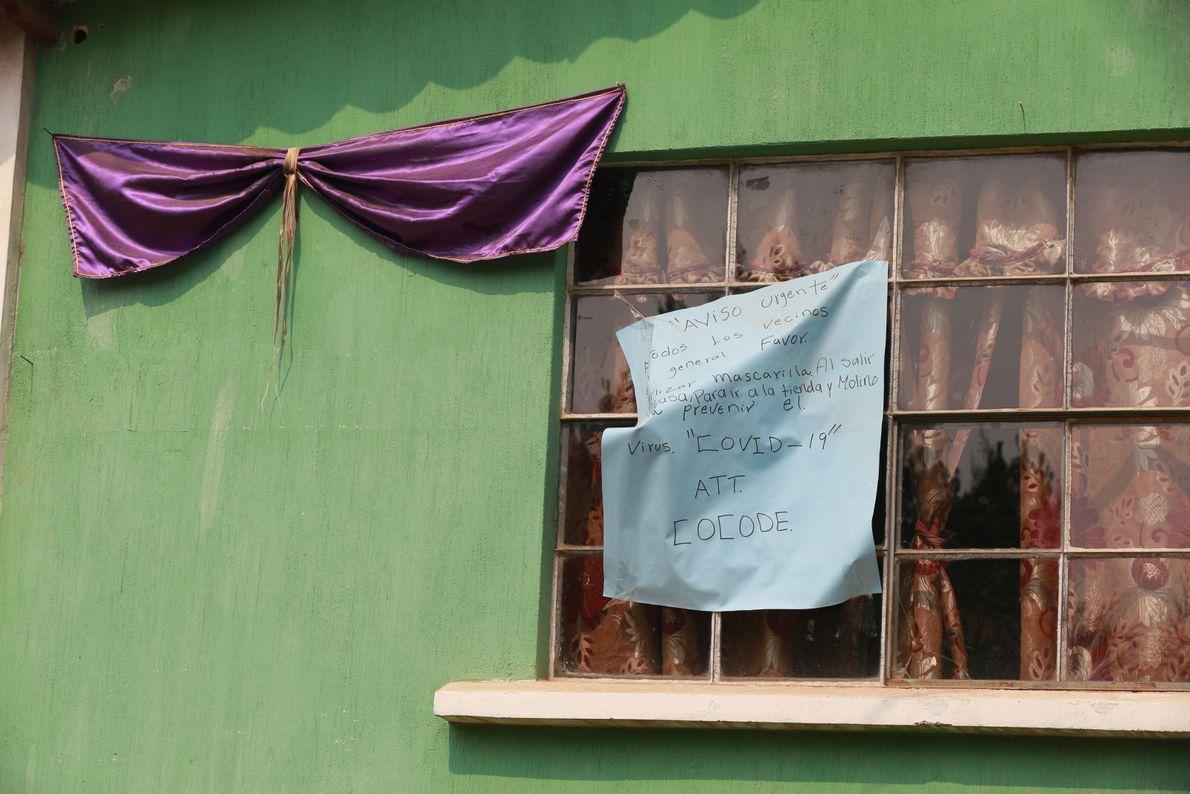 Una casa del líder comunitario en la comunidad de Tecpán, Guatemala, anuncia las medidas preventivas contra ...