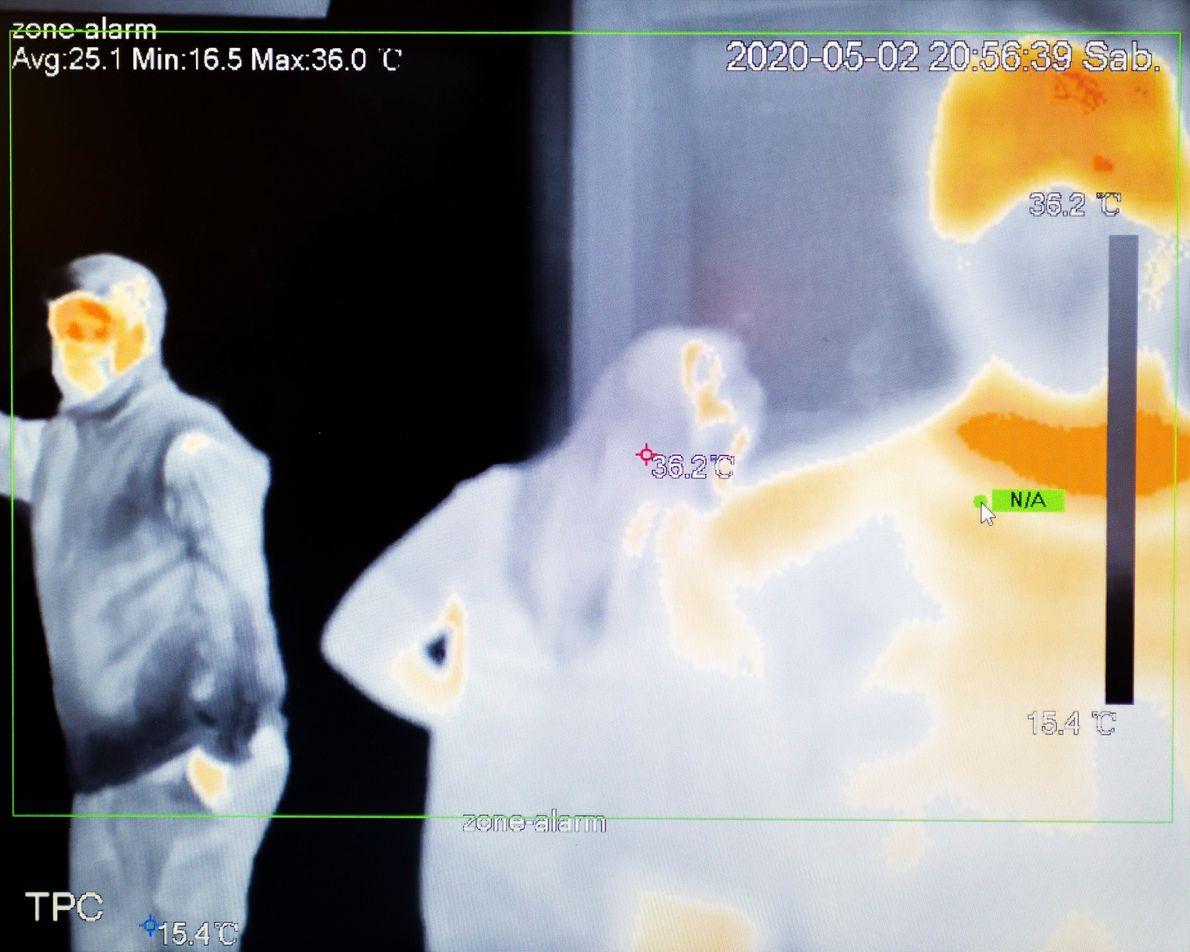 """""""Imagen tomada de la pantalla de una cámara térmica ubicada en la entrada de un supermercado ..."""