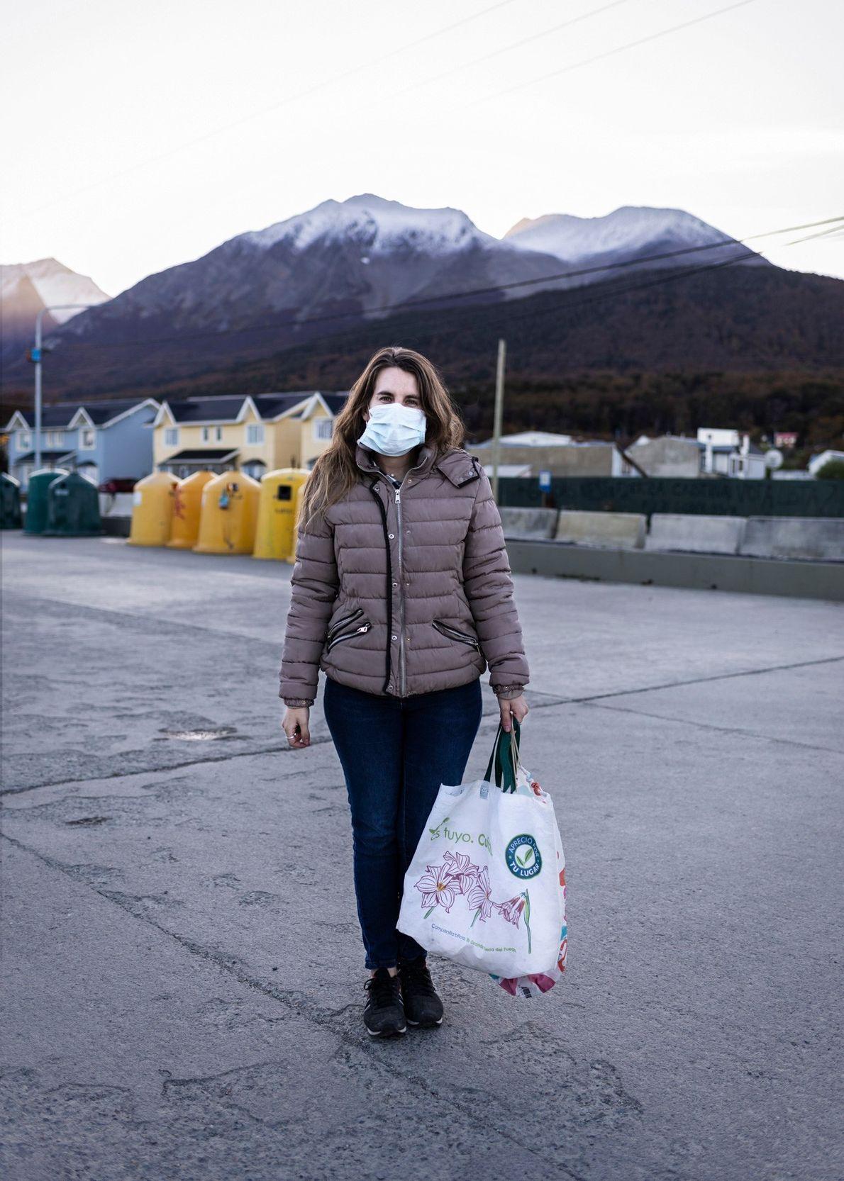 Retrato de una habitante de Ushuaia antes de hacer sus compras en uno de los supermercados ...