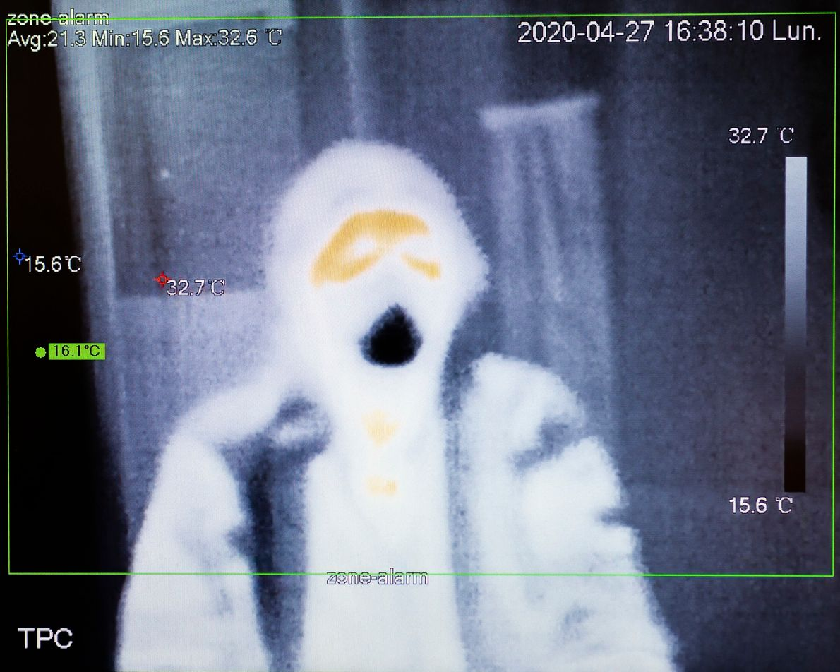 Imagen tomada de la pantalla de una cámara térmica ubicada en la entrada de un supermercado ...
